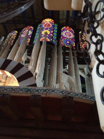 川越で30年以上の歴史を持つスペイン料理のお店「すぺいん亭」。高い天井と美しいステンドグラス、エントランスから圧倒されます。