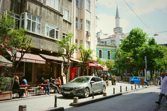 トルコと言えば「中東」というイメージが強いかもしれませんが、ヨーロッパに近いことからヨーロッパの文化と中東の文化が混ざり合った国であると一般的には言われています。街並みも、中東らしい街並みの場所もあればヨーロッパかと思うような街並みの場所もあり、非常に面白い国です。  世界史ででてきた「ローマ帝国」や「オスマン帝国」の一部であったトルコには、それにまつわる歴史的建物が多いです。様々な文化が融合したような、他に類を見ない街に魅せられれば、きっとトルコ語を学んでみたくなるはずです。