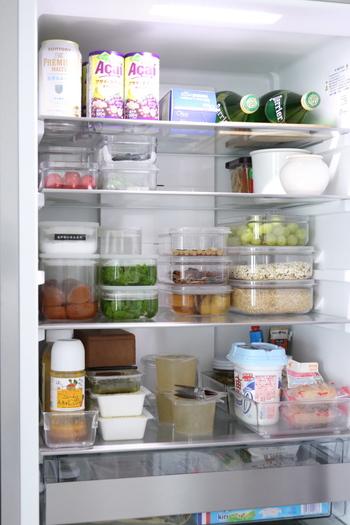 作り置きや余り食材をストックしておくコンテナ類は、たくさんあるほど中身がわかりづらくなりがちです。付箋などでメモしておいてもいいのですが、入れ替えるたびにその手間を掛けるのが面倒な場合は、初めから中身の見えるケースを使ってしまえば問題解決。使い忘れや食べ忘れも防ぐことができます。