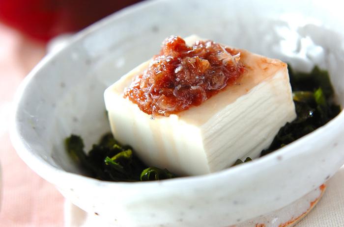 和のイメージが強い豆腐ですが、実は色んな料理に変身してくれる優れもの。そしてさらりと食べられるけれど、大豆からできているのでたんぱく質もしっかり摂れる。そんなアレンジ自在で便利な食材「豆腐」を使った、この夏チャレンジしたい絶品豆腐レシピをご紹介します。