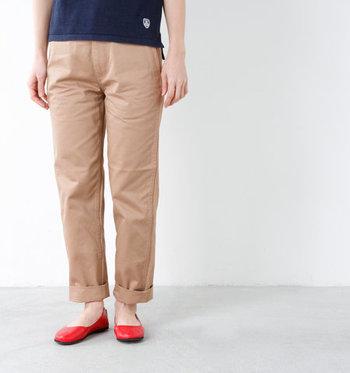 パンツ裾を折り上げた「ロールアップ」は、こなれ感のあるグッドバランスを演出します。また、足首を見せることですっきりとした印象に。ロングワンピースに、ひと手間の表情を加えてみませんか。