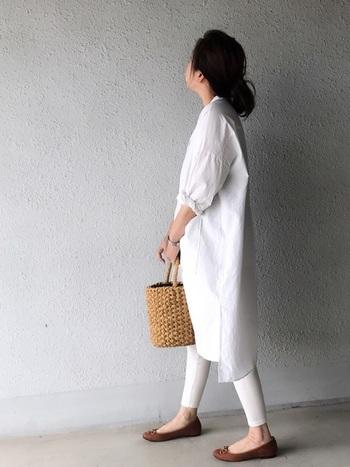 """白のシャツワンピースに同色のレギンスを合わせた、爽やかなワントーンコーデ。シューズやかごバッグでナチュラルな""""ブラウンカラー""""を差し色することで、やさしい雰囲気に。アクセントカラー次第で、さまざまなテイストに応用できます。"""