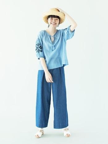 爽やかなブルーのグラデーションが夏らしい、刺繍のチュニックブラウス×ワイドデニムのパンツルック。つばが大きく折れ上がったデザインは、表情を明るく見せ笑顔がよく引き立ちます。