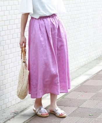 """風をまとうような涼しげな「フレアスカート」は、夏の定番アイテム。つば広のナチュラルハットのとスカートの裾のふんわり感""""が、爽やかなバランスをつくります。「ナチュラルハット」を上品に取り入れるなら、この組み合わせにトライしてみて。"""