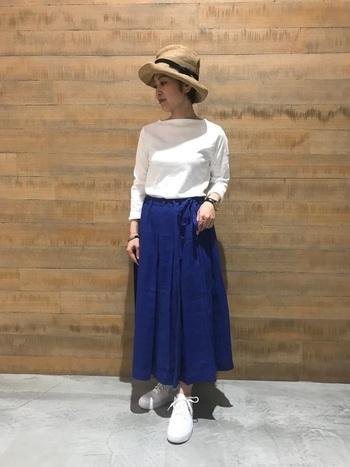 ホワイト×ブルーの爽やかなコントラストが印象的なスカートスタイルに、つば広のナチュラルハットで優しい雰囲気を添えて。つばの表情を変えられるデザインは、浅深、斜めなど、自分らしいシルエットが楽しめます。