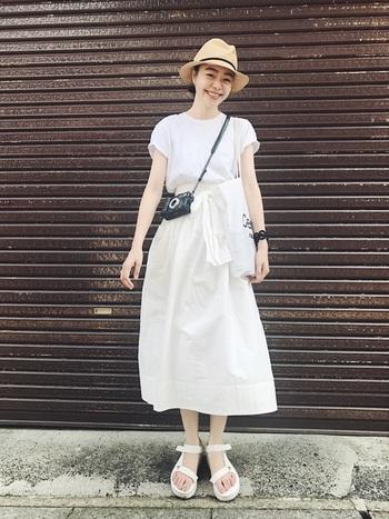 Tシャツ、フレアスカート、サンダル、バッグ…全身をホワイトカラーでまとめたワントーンでコーデ。かっちりとした中折れハットが、軽やかな着こなしのアクセントになっています。