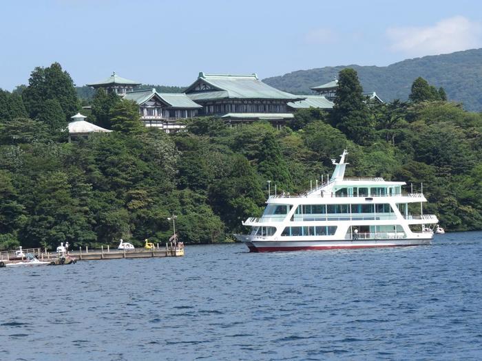 「箱根旅助け」は、箱根園水族館入館付きで、大人一人3,000円(平成30年5月現在)で2日間有効です。 【「箱根園港と「芦ノ湖遊覧船」】