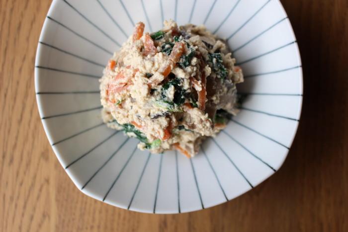 豆腐の自然な甘さが野菜に絡んだ白和えは、いつも冷蔵庫ありそうな手軽な野菜で作れるのがありがたい。こちらのレシピは味付けに味噌を効かせて。味噌のコクが豆腐によく合います。
