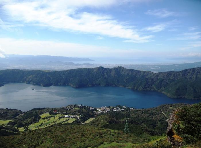 けれども「箱根」の自然環境は、実に豊かです。 二重の外輪山があり、その内側には湖や高原が広がり、連なる山々には緑が溢れ、山間には清らかな川が流れています。 【外輪山の一つ駒ケ岳からの景色(手前が芦ノ湖、連山の向こうに広がるのは相模湾)】