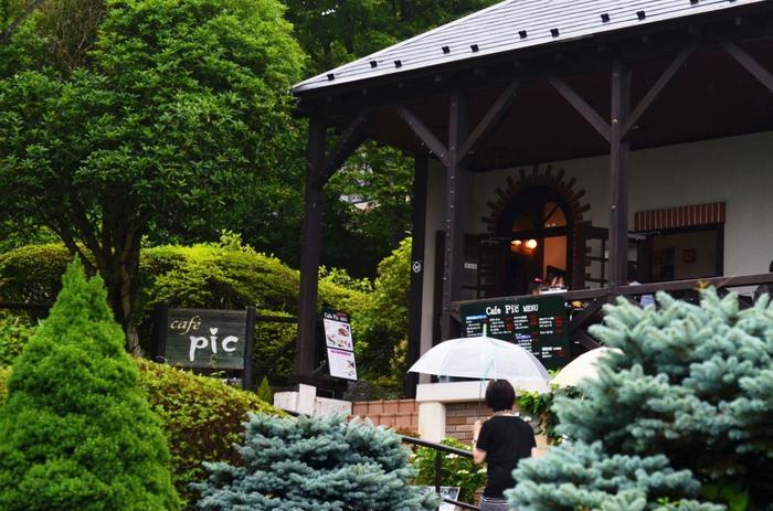 園内中央部に位置する「Cafe pic」は、箱根で人気のあるカフェ一つです。テラス席では、心地良い風と豊かな景色を味わいながら、ランチやティータイムを楽しめます。