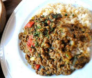 ランチでも食べられる、お店オリジナルの玄米キーマカレー。10種類以上の香辛料を使った、ピリ辛でヘルシーな人気メニューです。