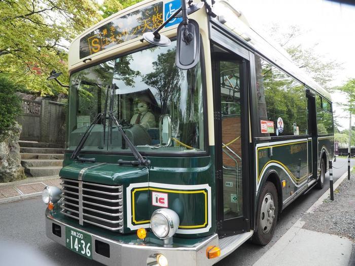 箱根登山バスでは、通常の路線バスに加えて、主要観光施設をめぐる「観光施設めぐりバス」もあり、さらに、バス・海賊船・ロープウェイ・ケーブルカーに乗車して、箱根の名所を巡る「定期観光バス」も運行しています。 【画像は、強羅バス停に停車中のレトロモダンな「観光施設めぐりバス」。箱根フリーパスでも利用可能。】