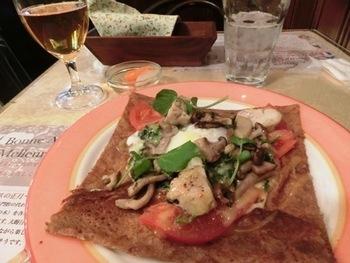 ガレットは、鶏、ほうれん草、トマトなどがたっぷりの「パリジェンヌ」などさまざまな種類から選べます。クレープも種類が多くて目移りしそう。