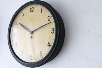 1930年頃のドイツで使われていたアンティークの時計は、黄色味のベージュ色をした盤面がとても素敵。ナチュラルテイストのお部屋によく似合いそうです。