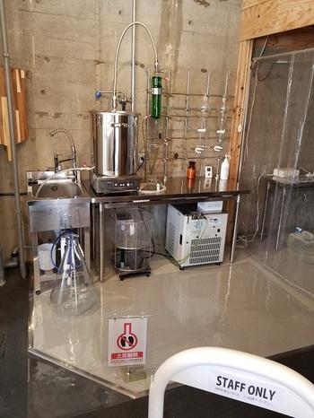 店内には大きな蒸留器やクリーンブースが設置されていて、まるで実験室のよう。