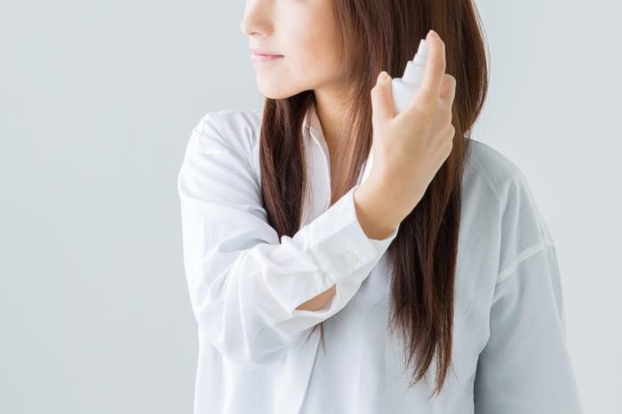 髪のふんわり感を維持したいなら、ソフトなホールド力のヘアスプレーを内側からも吹きつけましょう。ブラシを通しても白くならないものが◎。