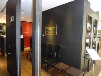 高島屋の2階にある紅茶専門店「ダマン リュミエール」。入り口付近は、モダンでスタイリッシュな雰囲気です。