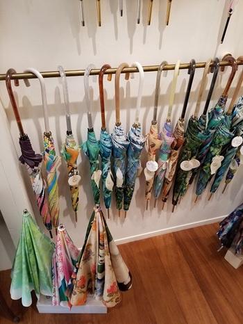 雨傘は、ひがしちかさんが描く絵や写真のコラージュを鮮明にプリントした生地で仕立てています。生地をランダムに裁断して縫製するため、同じ原画でも1本ずつ表情が異なるのが魅力的。じめじめ憂鬱な気分になりがちな雨の日にパッと彩りを与えてくれます。