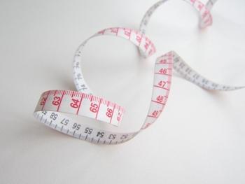 一度今のウエストを測ったら、次は目標にしたいサイズを明確に設定します。ここを曖昧にすると、どうしても途中で心が折れてしまいがち。きちんと「〇〇㎝」と、客観的な数値目標を定めておきましょう!