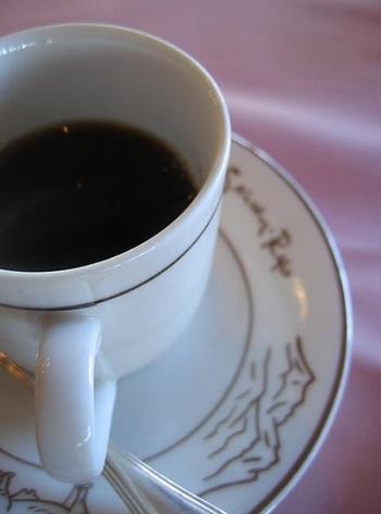 アンティークなたたずまいの中、ゆっくりと食後のコーヒーを味わって*(筆者撮影)