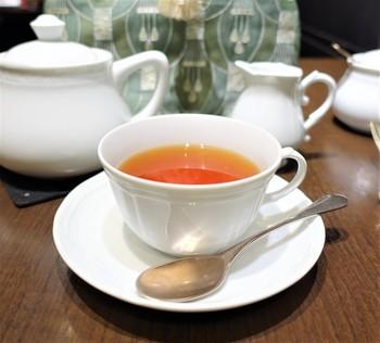 様々な種類から選べる紅茶は、ポットでサーブされます。ティーコゼーが被せられているので冷めにくく、最後までおいしく頂くことができます。 ワンプレートランチとセットで頼むと、お得になる紅茶もありますよ。