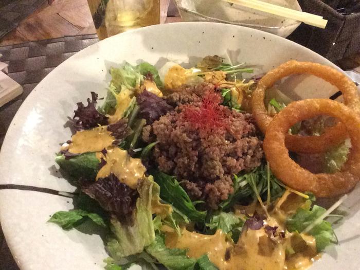 ランチは、上海粥や豚角煮、ベトナム風タコライスなどのアジアンメニューです。平日のランチセットには中国茶とサラダ・デザートが付きます。