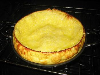 オーブンで予熱しておいたスキレットにバターを溶かし、生地を流し入れて、すばやくオーブンへ戻します。あとは、ふっくらふくらみ、こんがり焼き色が付くまで焼きます。