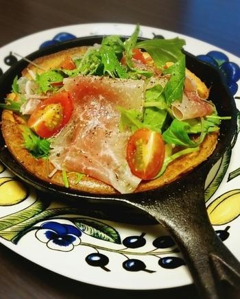 ポテト入りのボリューム生地でピザ風に仕上げたダッチベイビー。パーティーなどにもおすすめのごちそうメニューになります。