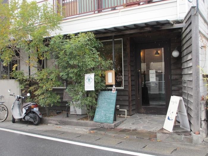 鎌倉駅から報国寺に向かう途中「岐れ路」の信号を左に入った所にあるのが、優しい空気をまとった「moguRa食堂」。