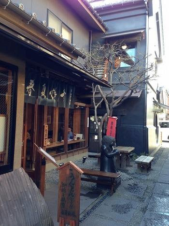 江戸時代から200余年続く老舗醤油店「金笛醤油」が直営する、うんとん処「春夏秋冬」。蔵造りの町並み大通りから路地を入ったところに入口があります。