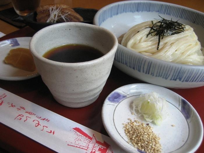 自家製のコシある太麺に、醤油店ならではのツユがおいしいと好評。おみやげに醤油を買って帰る人も多いです。