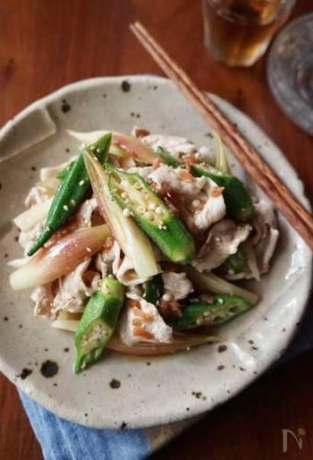 ホタテともやしのバター醤油炒めの後は、梅風味でさっぱり頂けるオクラたっぷりの豚しゃぶサラダをチョイス。そろそろで始めるミョウガも良いアクセントになりますよ。豚肉はしゃぶしゃぶにすることで余計な油が落ちヘルシーに。梅は疲労回復効果も期待できる昔からある日本の健康保存食品の1つ。湿気が多く疲れやすいこの時期には意識して献立に入れておきたいレシピです。