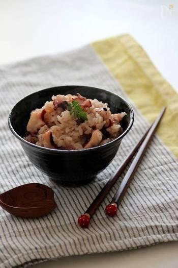 炊飯器におまかせのタコ飯は一度作ると病みつきの美味しさ。ピンクが艶やかなタコ飯は、タコが美味しいこの季節に是非作っていただきたい一品です。