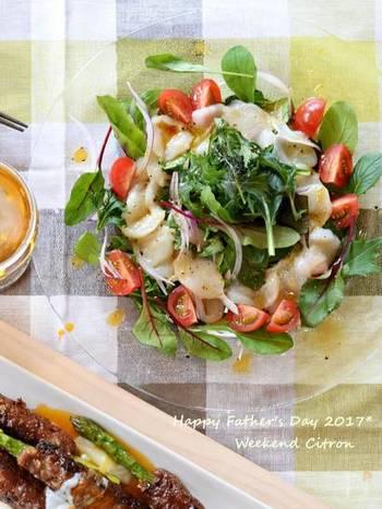 温かいイカのトマト煮込みのお供には、柚子胡椒をアクセントに使ったちょっぴり和風なホタテのカルパッチョはいかがですか?濃厚な甘みのホタテとピリリと刺激的な柚子胡椒は相性抜群。柚子胡椒がない場合はワサビでも代用可能です。