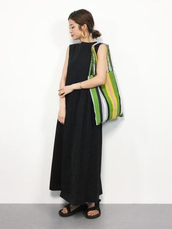 縦のラインを強調してくれる大きめバッグで、すらりとした印象をプラスしています。ぱっと華やかな色味のバッグをチョイスするといいですね。
