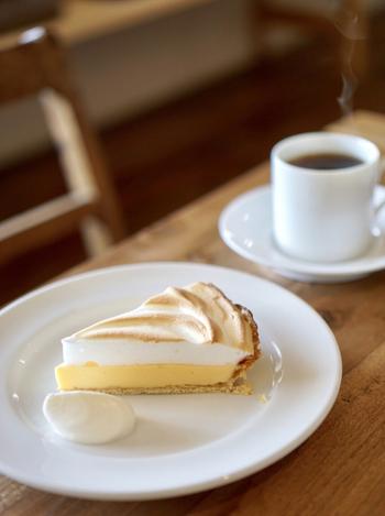 人気の「レモンパイ」は、レモンカードのすっぱさとその上のふわふわメレンゲのバランスが最高。味わうごとにほどよい甘さと爽やかな酸味が口いっぱいに広がります。コーヒーとの相性も抜群。