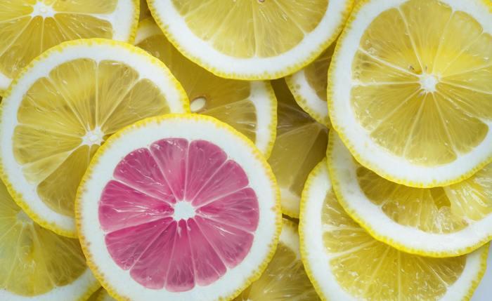 夏に恋しくなる柑橘系のフルーツたち!特にオレンジとグレープフルーツにはそれぞれの良さがありますが、両者ともに共通しているのは、とびきりジューシーでビタミンCを多く含むということ。グレープフルーツには、ルビーやホワイトといった種類の違いもありますので、色合いも使い分けて見た目にも爽やかなスイーツを作りましょう。