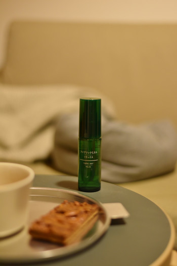 他にも香りのリラックスグッズ「ファブリックミスト」。ベッドやリネンにシュッとひと吹きすれば、ディフューザーがなくても、手軽に香りを楽しむことができます。