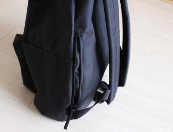 このように側面にファスナーポケットがついてます。荷物の多い旅行中も、必要なものの出し入れがサッとできるのも嬉しいポイント◎
