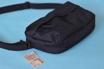 旅行中はキャリーケースや大きな荷物の他に、手荷物をショルダーバッグに入れることが多いですよね。こちらの「ポリエステル背面ポケット付ショルダーバッグ」は、背面にミニポケットがついているので使い勝手が抜群です!