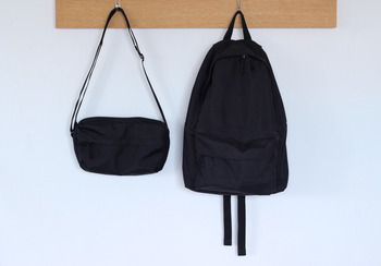 移動が多い旅行中は、両手が空いているとなにかと便利ですよね。無印良品のシンプルデザインのバッグ&リュックなら、合わせるファッションを選びません。旅行先でも重宝しますよ。