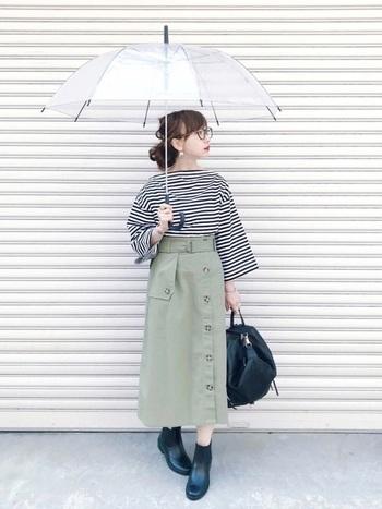 ロングスカートには、すっきりとしたショートタイプのレインシューズを。足元がバランスよくきれいにまとまります。