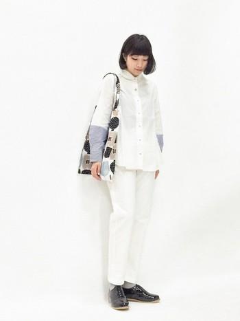 ホワイトカラーでまとめたコーデには、メンズライクなドレスシューズを。ドレッシーなエナメルの黒が足元をきゅっと引き締めてくれます。