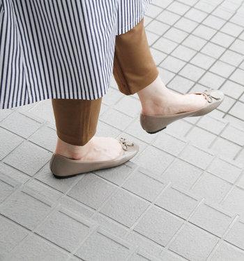 ベージュは、肌馴染みがよく素足にきれいに映えます。上品で、きれいめファッションにもぴったり。