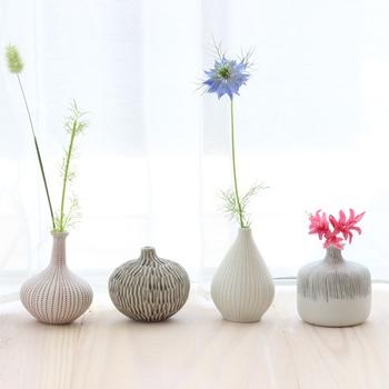花を飾ることに慣れていない⼈でも、気軽に取り⼊れやすいのが⼀輪挿し。まずはお花屋さんに⾏ってみて、好みのお花を⼀輪買ってきてみてはいかがでしょう。さっと挿すだけで、気持ちが明るくなる空間のできあがりです*  こちらは「LINDFORM(リンドフォーム)」のフラワーベースのシリーズ。スウェーデンの陶器メーカーですが、日本の茶道や禅などの文化にも影響を受け、和と北欧の美意識を見事に調和させています。