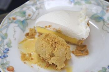 酸味を効かせた生クリームを使った『チーズケーキとカラメルアイス』。フィリングは、春はいちご、他の季節はキウイと使い分けているそうです。