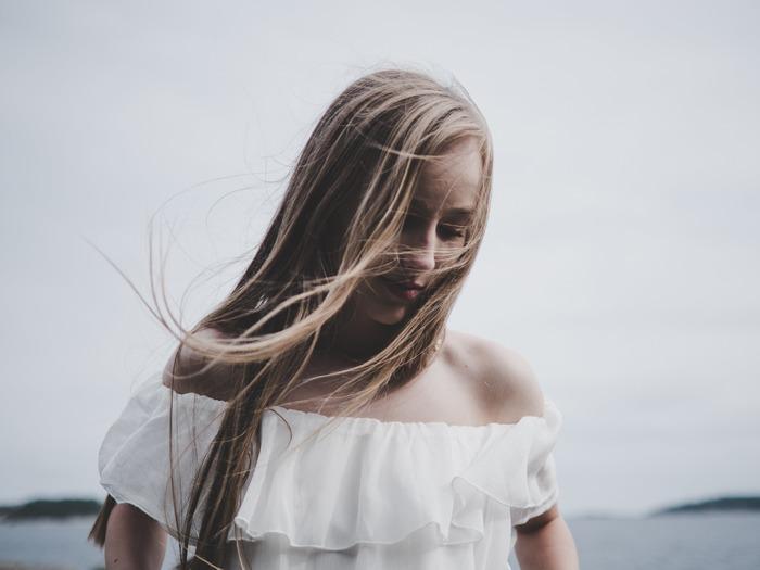 白髪の原因は遺伝的要因・加齢・病気など様々ですが、日々の生活習慣も大きく関係しています。たとえば「偏った食事」・「睡眠不足」・「ストレス」なども、白髪を増やす原因だと考えられています。食習慣やストレス性のものが原因であれば、日々の生活習慣を見直すことで軽減させることも可能です。