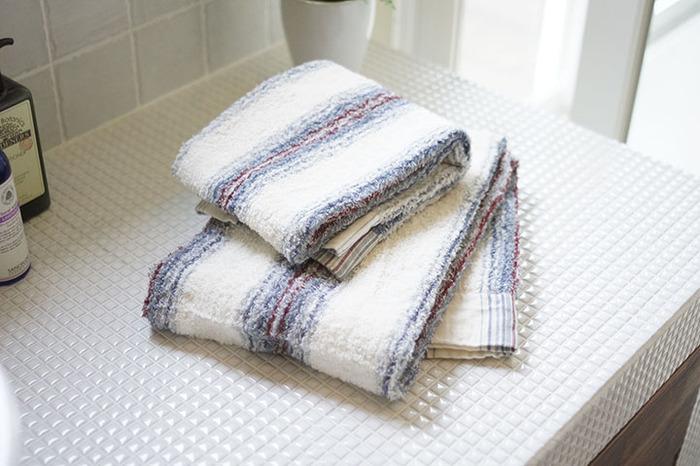 シャンプー後の「タオルドライ」は、やり方次第で髪の毛にダメージを与えてしまいます。お風呂上がりの濡れた髪は、キューティクルが開いている状態です。外部からの刺激に弱くなっているため、タオルでゴシゴシ拭くと摩擦が生じて髪の毛を痛めてしまいます。タオルドライする際は吸水性の高いタオルを使用し、頭皮から優しく水分を拭き取りましょう。毛先はタオルで包み込み、パンパンと優しく丁寧に水分を取り除きます。