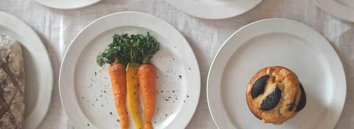 シンプルでありながら上品さが漂うリム皿。リムとは、お皿の縁のこと。リム幅はお皿によってさまざまですが、リムがあることでお料理を乗せた時に余白ができ、存在感のある一品になります。