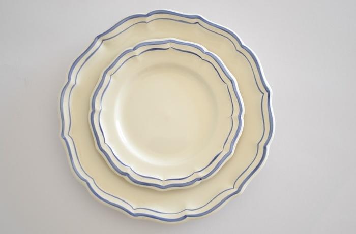 フランスを代表するテーブルウエアブランド「ジアン社」のフィレシリーズのリムプレート。花びらのような形と乳白色のこのお皿は、こちらもアンティークを彷彿させる雰囲気です。
